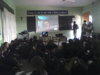 Niños en su aula virtual